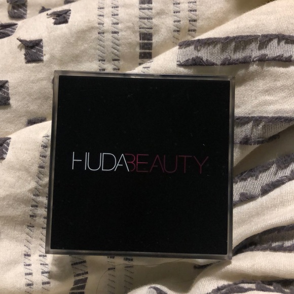 HUDA BEAUTY Other - HudaBeauty Tantour Contour and Bronzer Cream